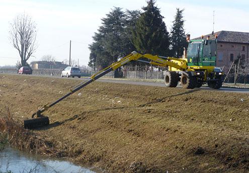 Sfalcio erba in pendenza a Piacenza